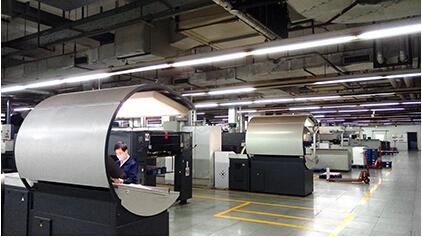 深圳科彩再次引进一台全新ROLAND 700 Hiprint对开八色加联线上光印刷机